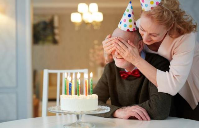 Comment aider votre voisine âgée à choisir le cadeau de son anniversaire de mariage